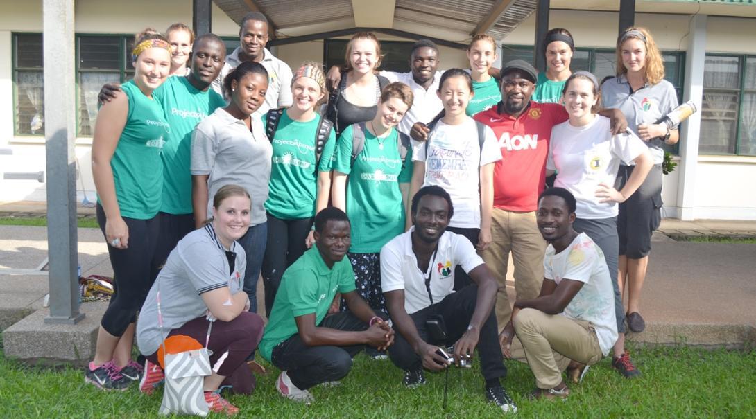 ガーナで医療を学ぶ高校生ボランティアと現地の医療スタッフ